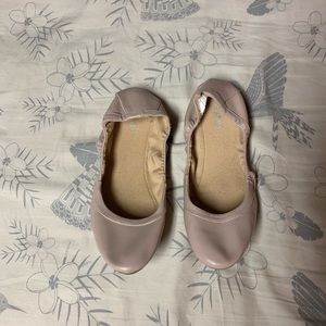 Round toe scrunched ballet flats